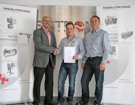MESUTRONIC Entwicklungsleiter Manfred Artinger (links im Bild) und Entwicklungsingenieur Herbert Ranzinger (rechts im Bild) gratulieren Johann Weiß zu seinen herausragenden Leistungen.